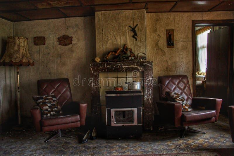老客厅在一个老鬼的房子房子里 免版税库存图片