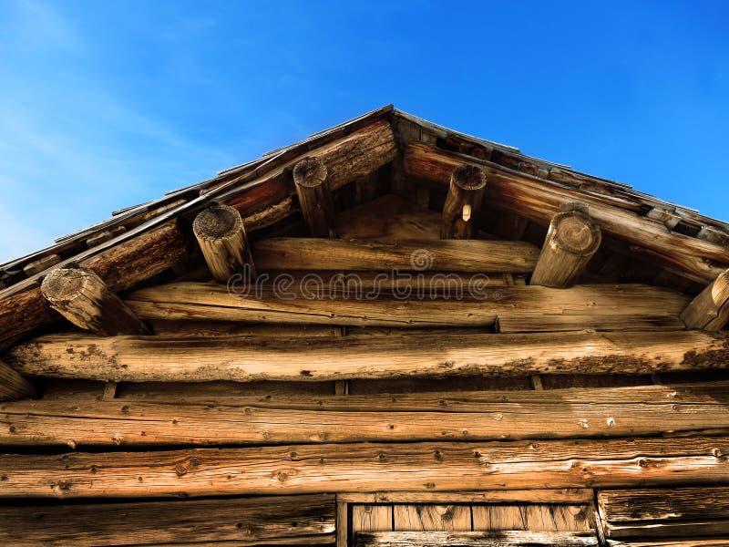 老客舱屋顶日志和蓝天 库存图片