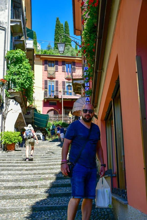 老小的在楼上街道在贝拉焦, Como湖,意大利 库存照片