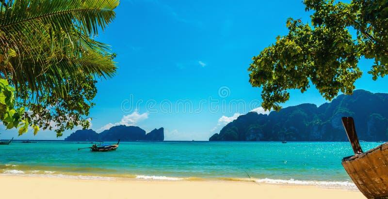 老小船和异乎寻常的海滩普吉岛,泰国 库存图片