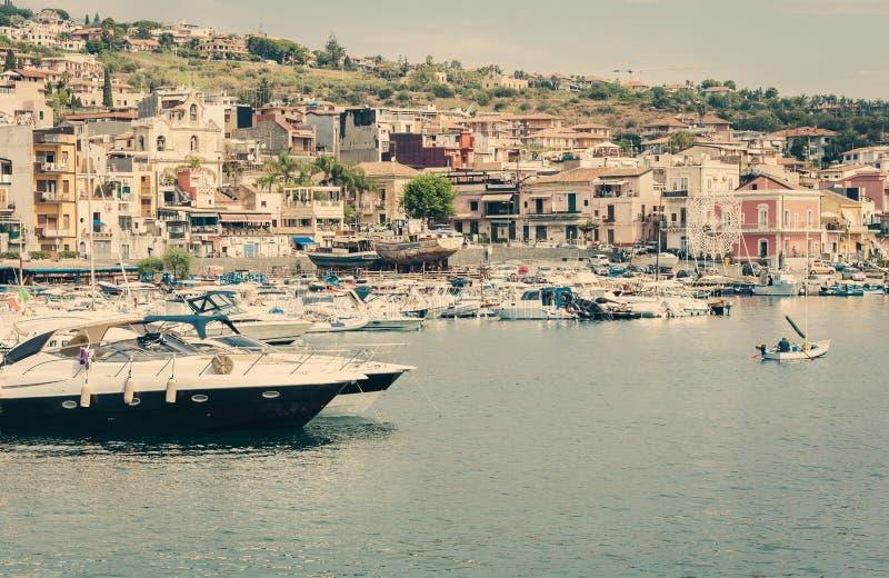 老小船在有渔夫小船的Acitrezza港口在独眼巨人海岛,卡塔尼亚,西西里岛,意大利旁边 免版税图库摄影