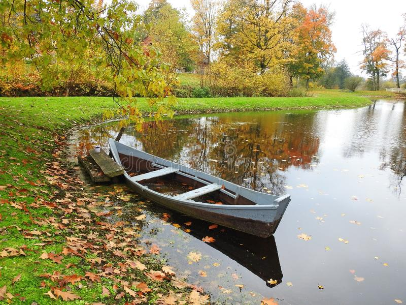 老小船在湖,立陶宛 免版税库存图片