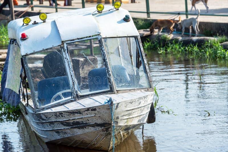 老小船在莱蒂西亚,哥伦比亚 免版税库存照片