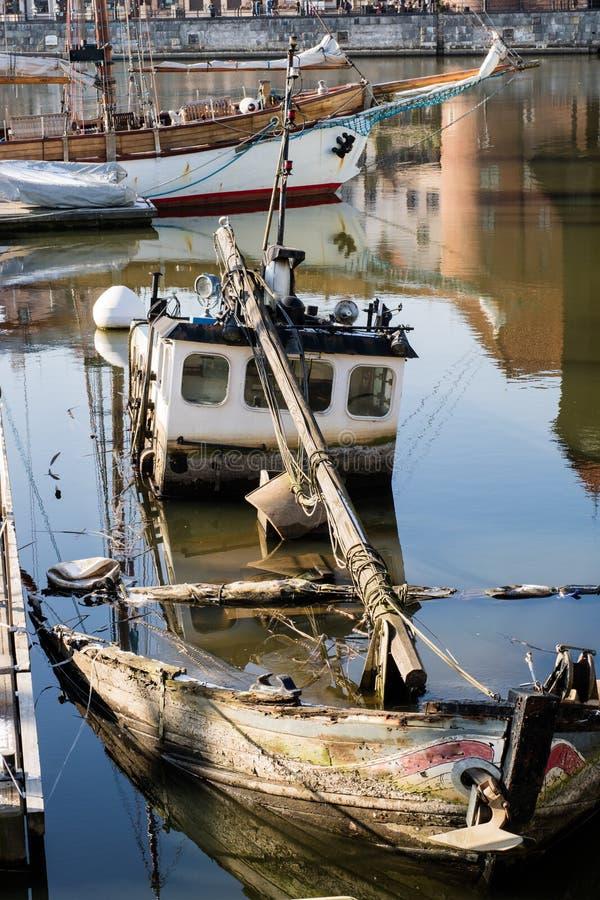 老小船捕鱼 在口岸的一个老凹下去的渔船 库存图片