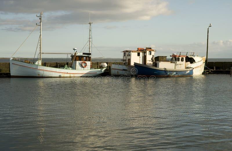 老小船钓鱼海港 库存照片