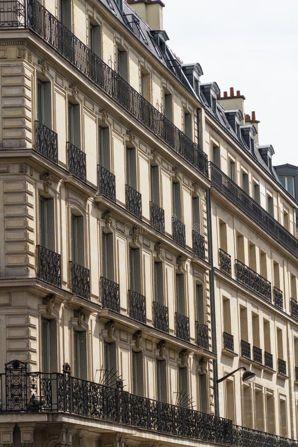 老居民住房前面,在巴黎 免版税库存照片