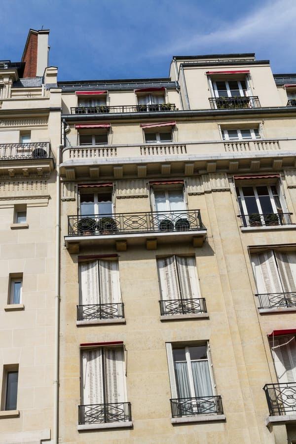老居民住房前面,巴黎 图库摄影