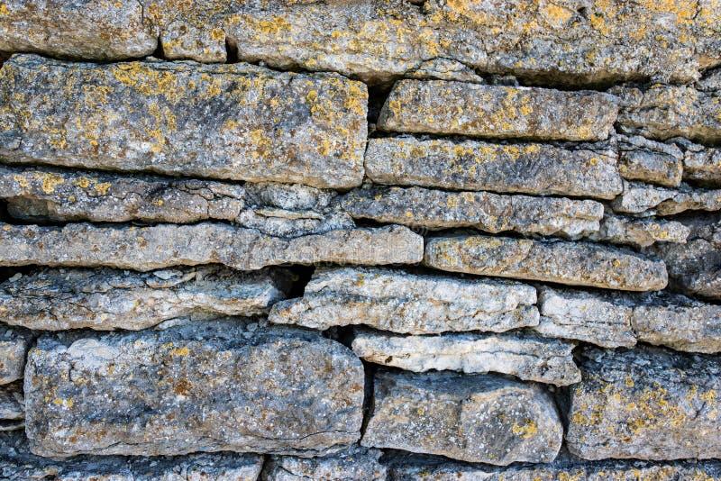 老岩石墙壁纹理背景的 免版税库存照片