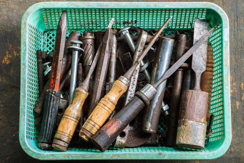 老工具、螺栓、坚果和凿子 库存图片