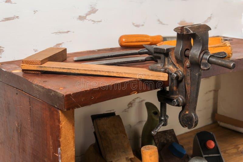 老工具 凿子、螺丝刀和正方形在架子 在一张木桌上的整平机 图库摄影