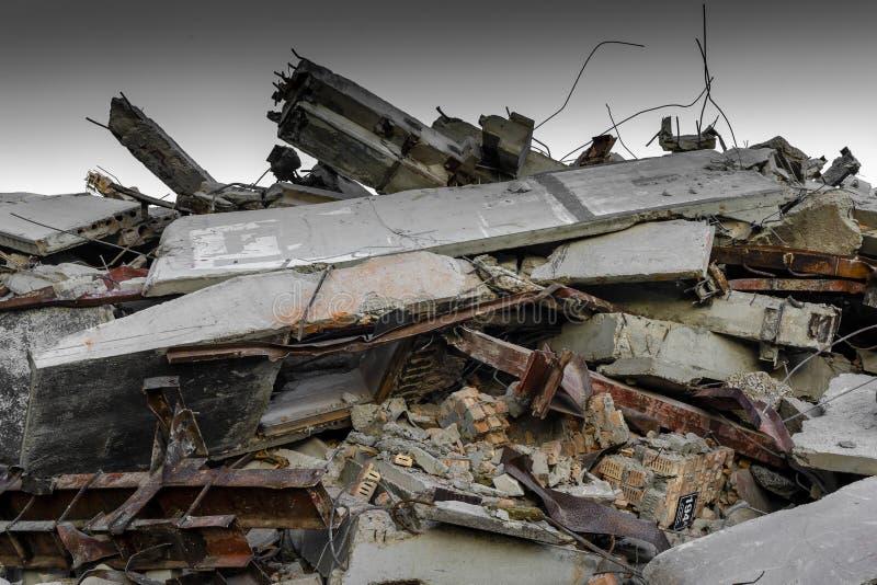 老工厂厂房的爆破 机器人的里加工厂 被夺取的28 07 2018年 免版税库存图片