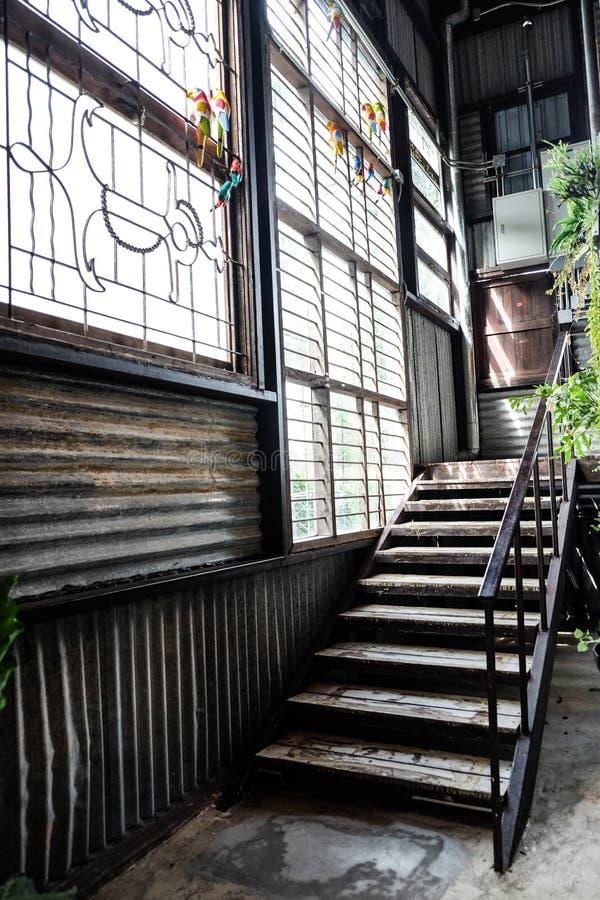 老工厂台阶方式和鸟 库存照片