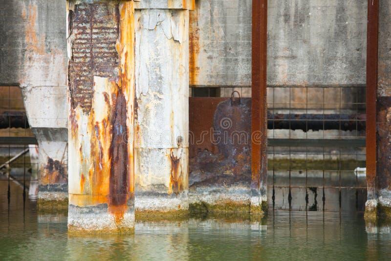 老工厂的被放弃的废水池塘 免版税库存图片