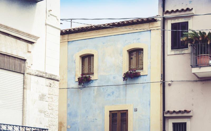 老巴洛克式的居民住房房子门面墙壁在Acitrezza,西西里岛,意大利的传统建筑学 免版税库存图片