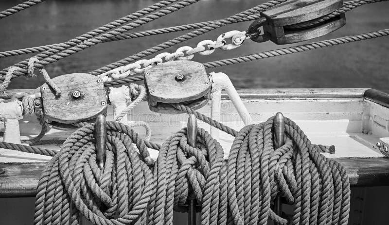 老帆船索具的黑白图片 免版税库存照片