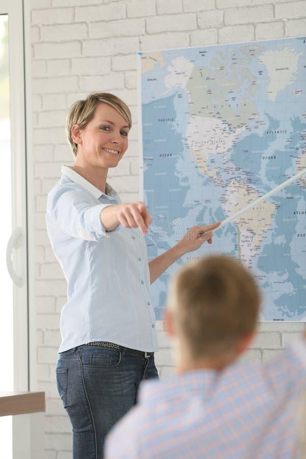 老师在有学生的教室 库存图片