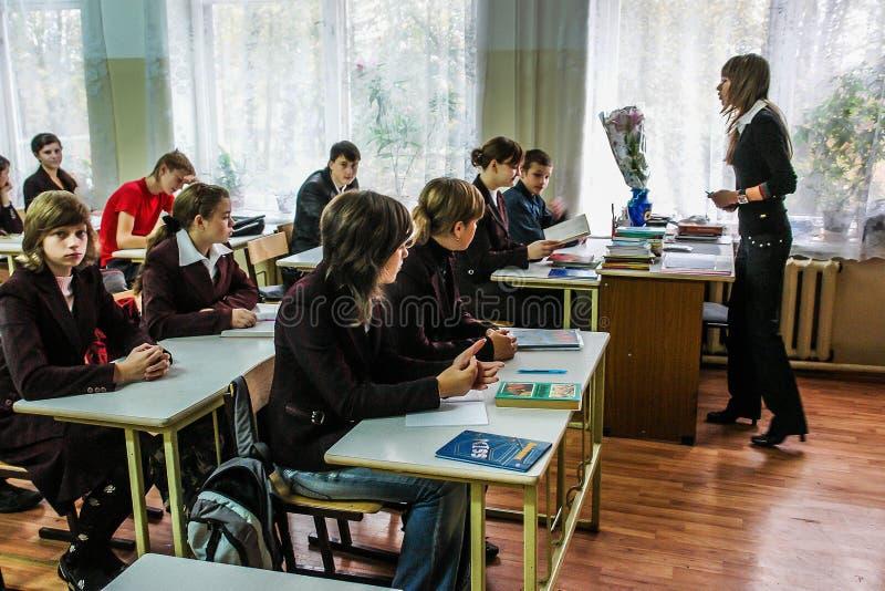 老师的天在一所农村学校在俄罗斯的卡卢加州地区 库存照片