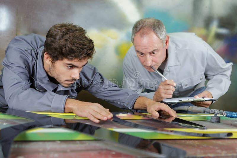 老师被观察的物质工程师 库存图片