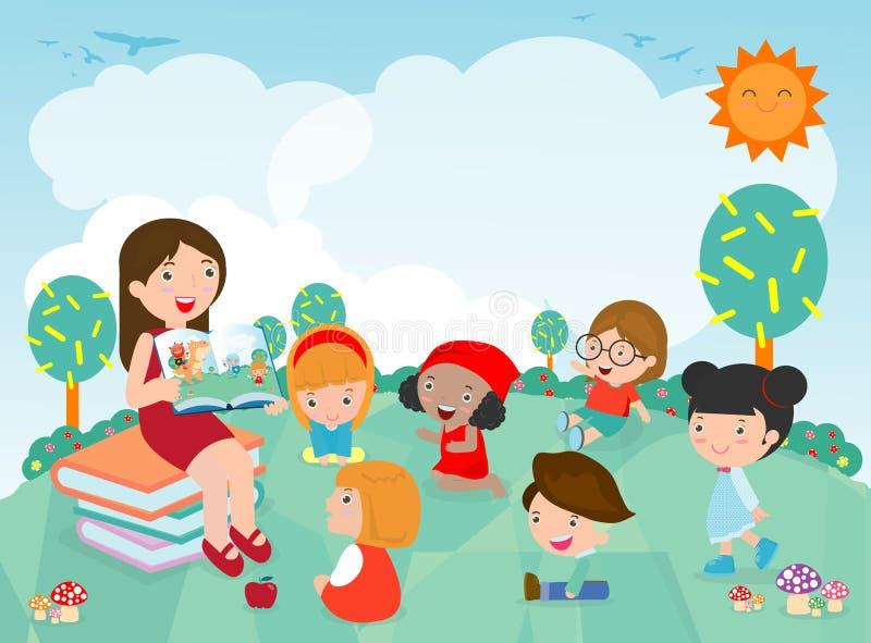 老师讲故事对托儿所孩子在庭院里,听他们的老师的逗人喜爱的孩子讲故事,老师阅读书 库存例证