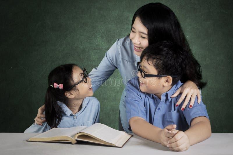 老师谈话与类的学生 免版税库存照片