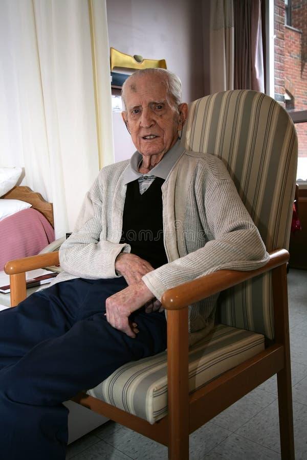 老年人坐的空闲。 库存照片