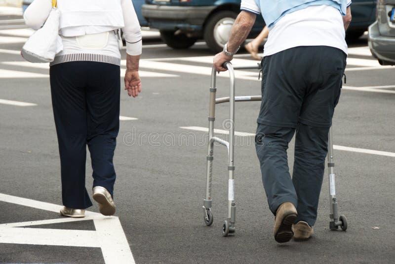 老年人走 免版税图库摄影