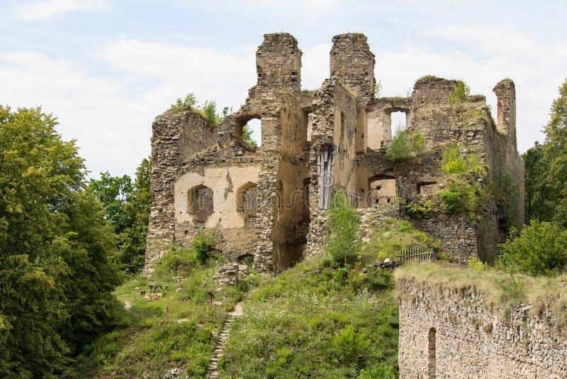 老废墟城堡Divci kamen临近村庄Brloh 免版税库存照片