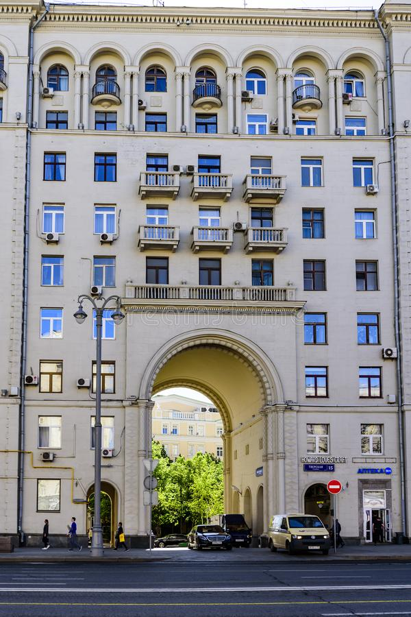 老建筑学的大厦与阳台和曲拱的在中心 街道Tverskaya房子15 莫斯科俄国 库存图片