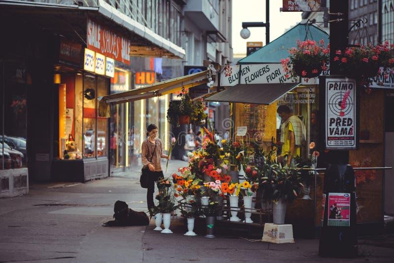老建筑学舒适和美丽的旅游街道卖花、小商店和操场 晚上时间 库存照片