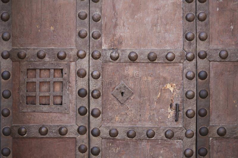 老强的锁和生铁锁上与酒店窗口 库存照片