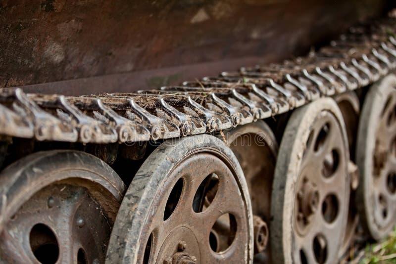 老德国军队坦克毛虫 在争斗毁坏的老军用设备 库存照片