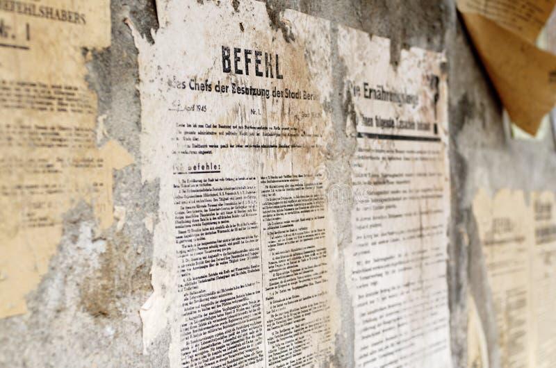 老德语损坏了海报在墙壁上的报纸新闻 图库摄影