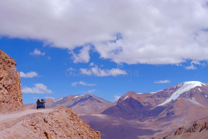 老德语campervan在导致Paso De Agua内格拉通行证的路,Region de科金博,智利向阿根廷 免版税库存照片
