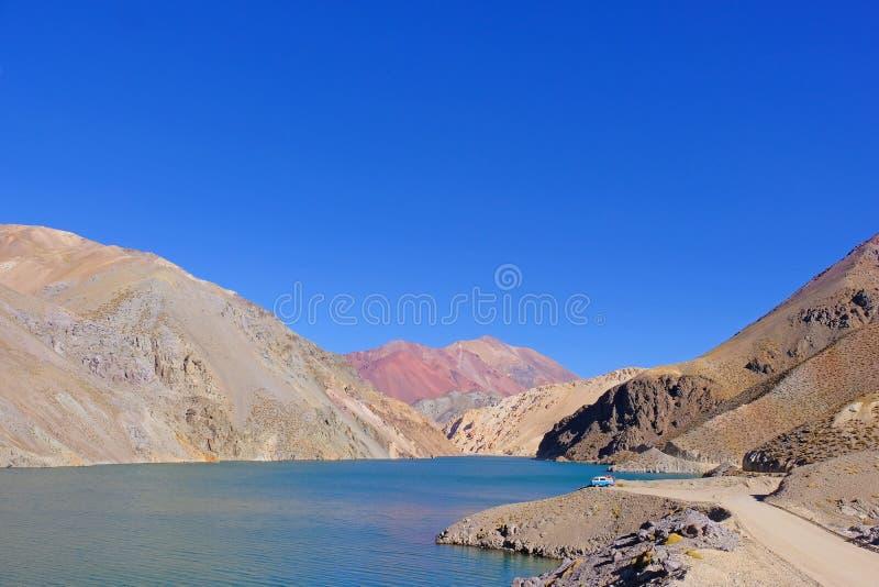 老德语campervan在拉古纳阿瓜Negra湖对Paso Agua De内格拉,在骆马,智利附近的Elqui谷 免版税库存图片