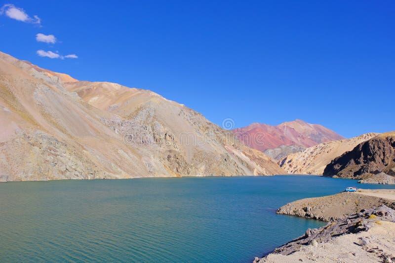 老德语campervan在拉古纳阿瓜Negra湖对Paso Agua De内格拉,在骆马,智利附近的Elqui谷 库存图片