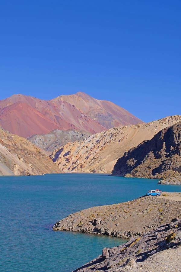 老德语campervan在拉古纳阿瓜Negra湖对Paso Agua De内格拉,在骆马,智利附近的Elqui谷 免版税库存照片