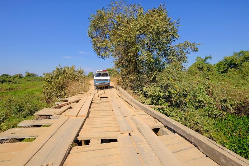 老德语campervan在transpantaneira土路的损坏的木桥,波尔图Jofre,马托格罗索州,巴西 免版税库存照片