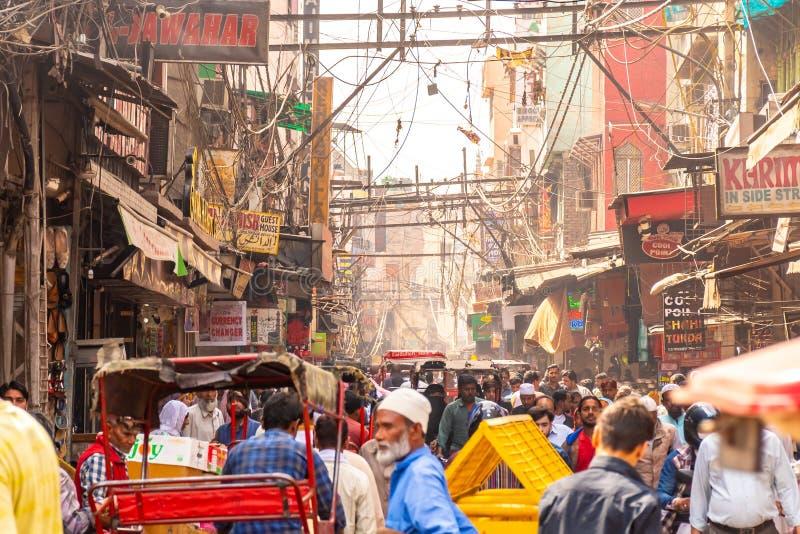 老德里,印度,2019年3月29日-过度拥挤的街道在老镇以烟雾,危险电线关闭Jama masjid 免版税图库摄影