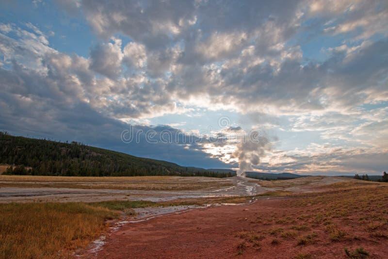 老忠实的喷泉在黎明如被看见从老忠实的旅馆在黄石国家公园在怀俄明 免版税库存图片