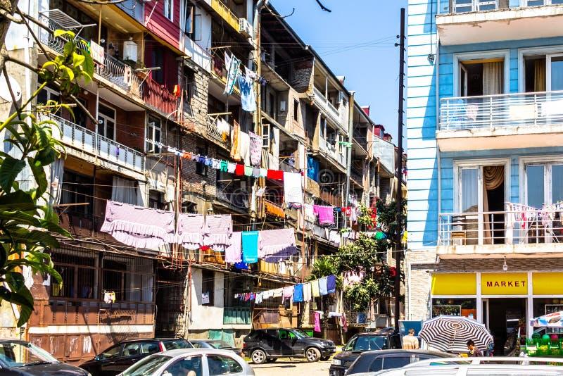 老恶劣的公寓街道 库存照片