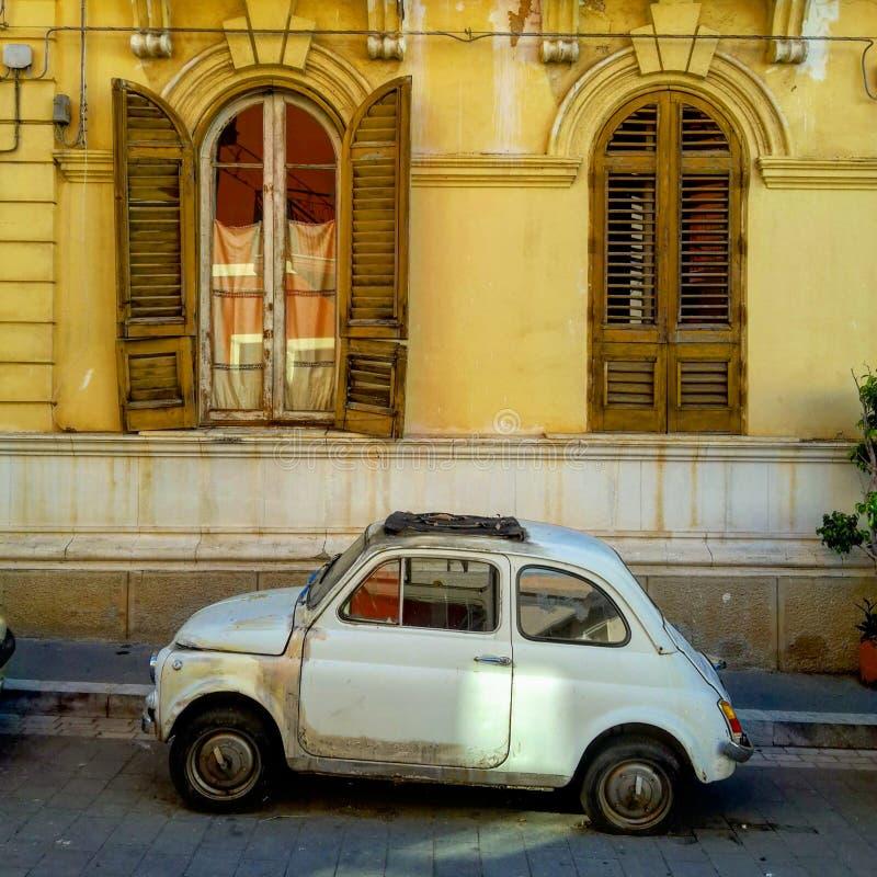 在中世纪廉价汽车前面的葡萄酒意大利价格在巴里,意大利海马图片m3价格汽车及公寓图片