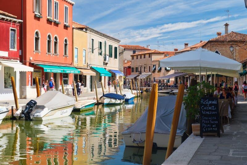 老房子、一家餐馆和运河在Murano海岛上在威尼斯附近 库存照片