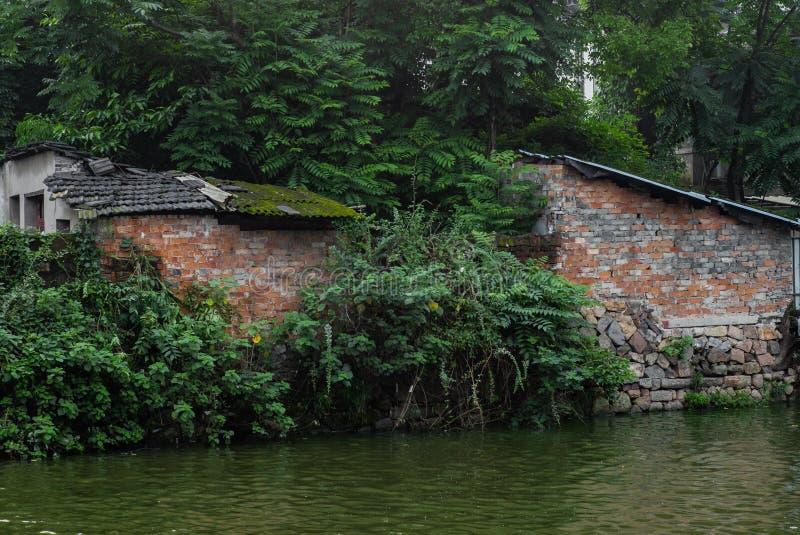 老房子后面沿的小河在一个公园在温州在中国- 1 免版税图库摄影