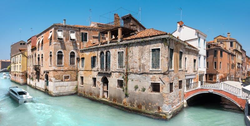 老房子和一座桥梁在中央威尼斯在意大利 免版税库存图片