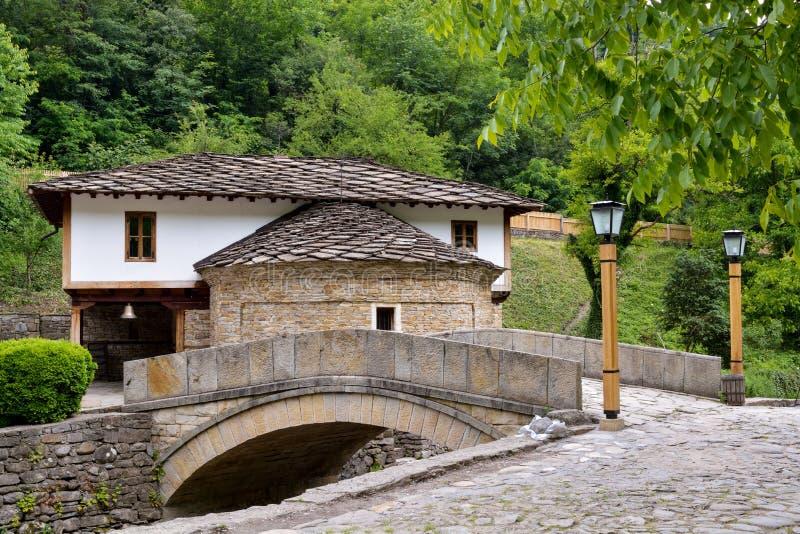 老房子和一座石桥梁在建筑复杂Etara, 库存图片