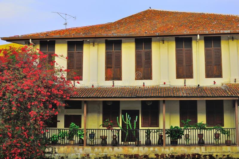 老房子和大厦在Melaka河城市
