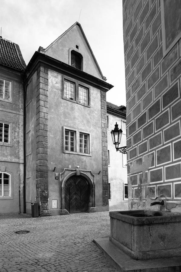 老房子和小喷泉在布拉格城堡, Hradcany,布拉格,捷克金黄街道  免版税库存照片