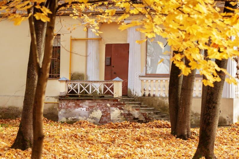老房子在秋天公园 库存图片