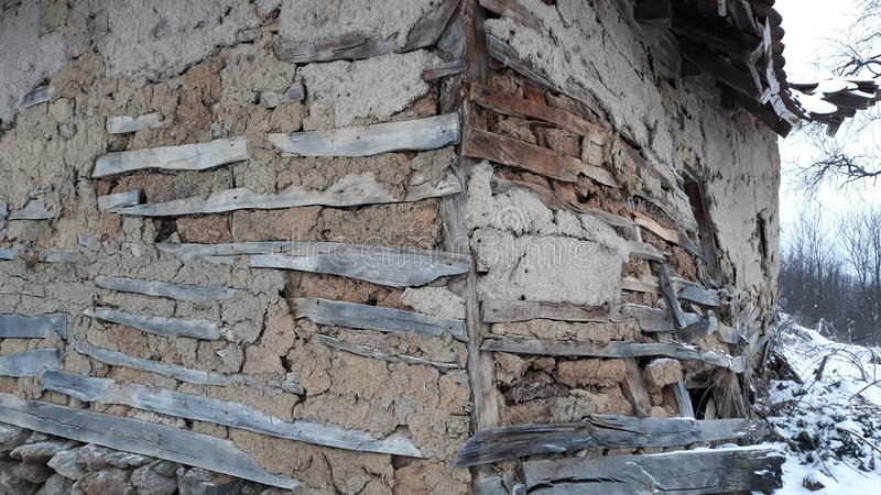 老房子由木头和泥制成 免版税库存图片
