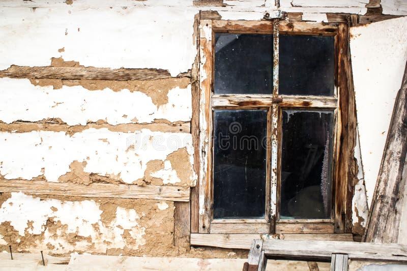 老房子的木窗口 免版税库存图片